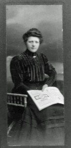 Bernhadine (Dina) mit Buch.
