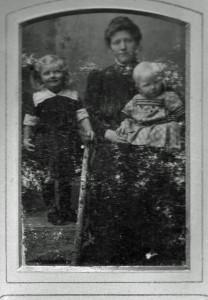 Familienporträt: August Jaspers Ehefrau Bernhardine mit ihren Kindern.