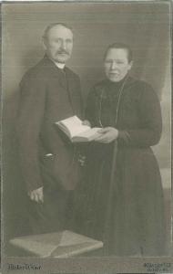 Familienmitglieder in der weit entfernten Heimat: Bernard und Maria Echtermeyer.