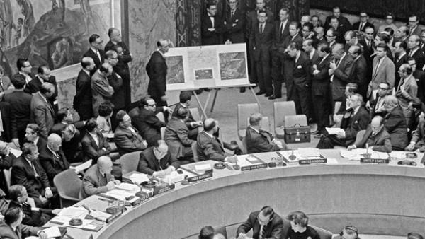 Adlai Stevenson, ambassadeur américain à l'ONU, présente les preuves de la présence de missiles à Cuba devant le conseil de sécurité de l'ONU, 25 octobre 1962 (crédits : Nations Unies / MH)