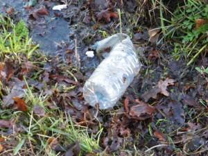"""La bouteille plastique, un classique du """"déchet sauvage des fossés"""""""