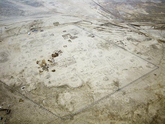 Al Qusur, vue aérienne du « noyau » d'habitats et églises (recouvertes de terre), photo Y. Guichard © DAM Kuwait.