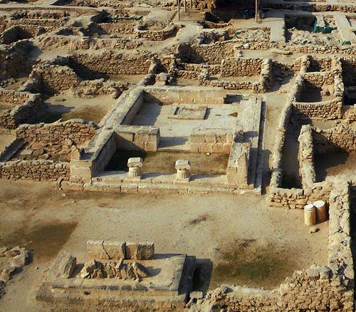 « Temple A » de la forteresse hellénistique. Au 1er plan, l'autel. Photo Y. Guichard © DAMKuwait.