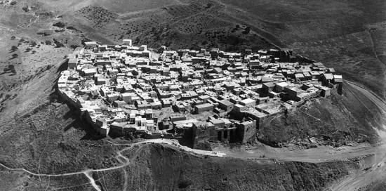 Le village installé dans l'enceinte de Qalaat el Mudiq, en 1936. Photo Armée du Levant © IFPO.