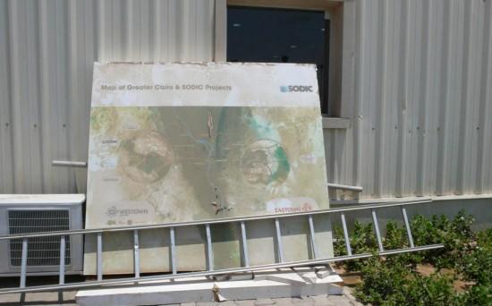 Photo 3 : Panneau publicitaire non affiché présentant les projets urbains Westown, non livré, et Eastown, non démarré, en périphérie du Grand Caire. Cliché : R. Stadnicki, 2012