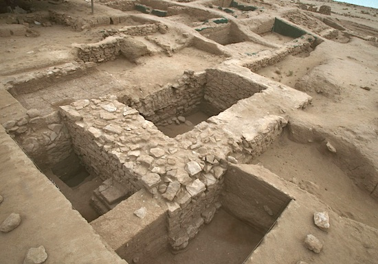 Forteresse hellénistique, tour 8 sur le rempart ouest ; à l'arrière de son mur nord, vestiges de l'élévation du rempart en briques crues. Vue vers le sud-est © MAFKF.