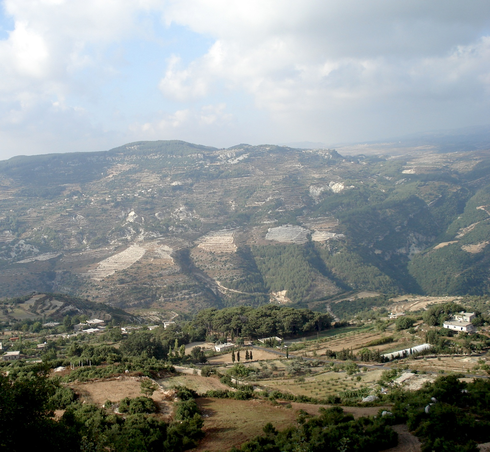 La montagne alaouite vue de la citadelle Qalʿat al-Mahāliba (Balātunus). Photo B. Paoli