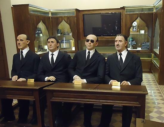 Reconstitution de la signature de l'accord de cession du Sandjak à la Turquie du 23 juin 1939. De droite à gauche, Basile Ḥüri, Isa Kazanciyan, Nuri Aydin et Izzet Guş (Musée du Hatay, Antakya - Antioche)