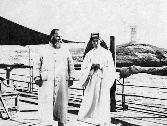 Antonin Jaussen et Laurence d'Arabie 19 février 1917, sur le Saint-Brieuc, en rade d'el-Wedj(collection École biblique et archéologique française de Jérusalem)