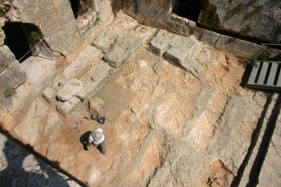 Mise au jour des traces de creusement et des blocs en cours d'extraction en bas de l'escalier monumental.