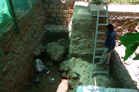 Sondage au nord de la cours, dans le jardin du gardien. Le substrat géologique apparaît sous 3m de couches archéologiques.