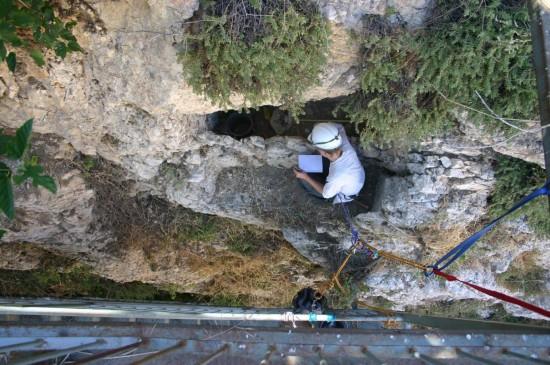 L'anthropologue Anne Gilon fouille en rappel de tombes romaines éventrées par l'effondrement de la paroi rocheuse au nord de la cour.