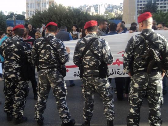 © Manifestation pour une loi électorale démocratique entourée par un cordon des Forces de sécurité intérieure (FSI), Vincent Geisser, Beyrouth, avril 2014.