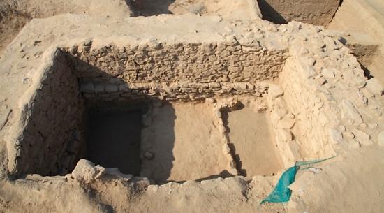 Figure 5: Vestiges antérieurs à l'établissement grec, sous la tour 8. Vue vers l'ouest. ©MAFKF.