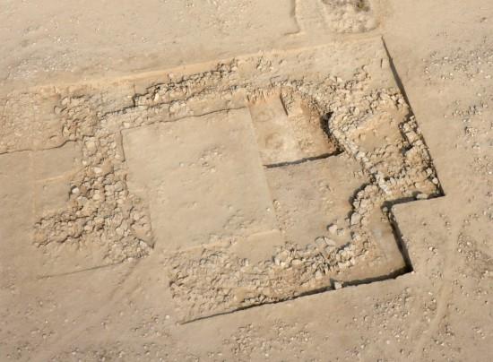 Bâtiment situé au sud du secteur A4, en cours de fouille : un bâtiment de type semi-circulaire recouvre clairement un bâtiment orthogonal (H. Al Mutairi © DAM)