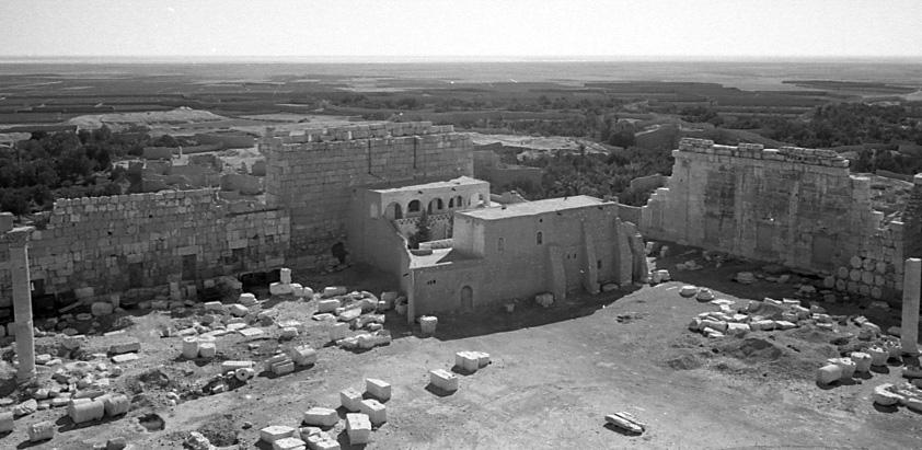 Fig. 8 : La « maison des archéologues », dans l'angle sud-est du temenos du sanctuaire de Bel, seul vestige du village qui l'occupait (clichés Ifpo, vers 1935 ?).