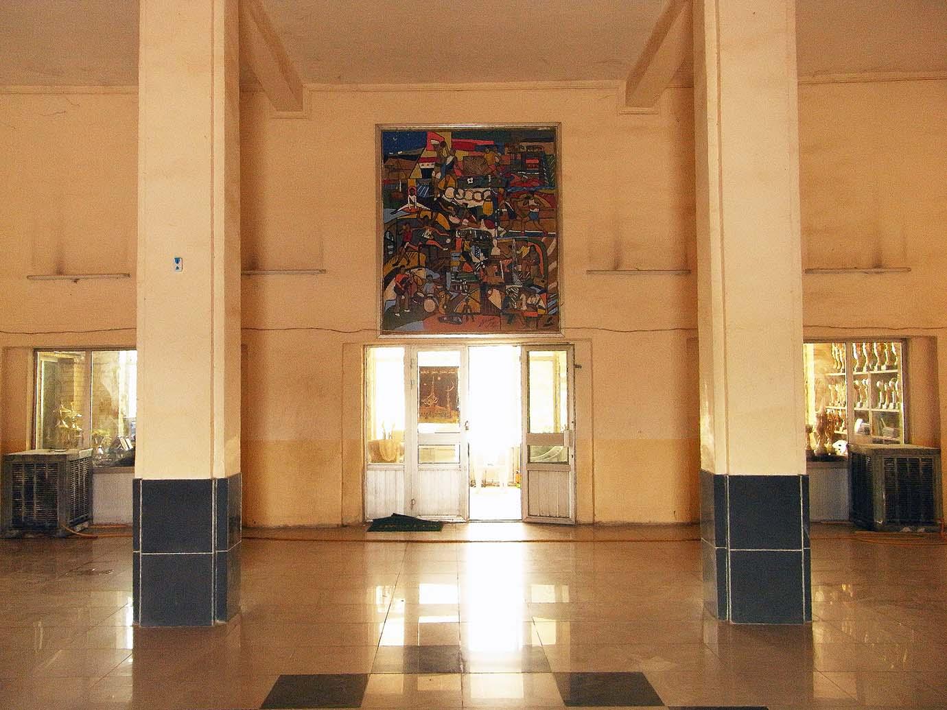 5. Volumes, proportions et piliers à modénatures d'une monumentalité typiquement Art-Déco. Au fond, le panneau de Faiq Hassan daté de 1972 Caecilia Pieri, 2011