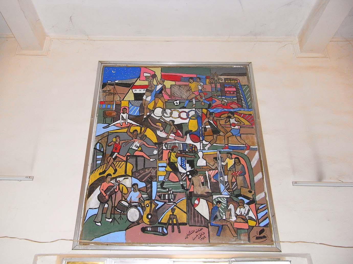 8. Détail du panneau signé de Faiq Hassan daté de 1972. Le peintre avait été chargé de représenter l'unité populaire à travers les jeux de société, les arts et les sports. Caecilia Pieri, 2011.