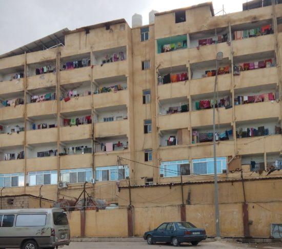 Bâtiment-dortoir pour travailleurs migrants à proximité de la zone industrielle d'al-Hassan, T. Labadi (novembre2018)