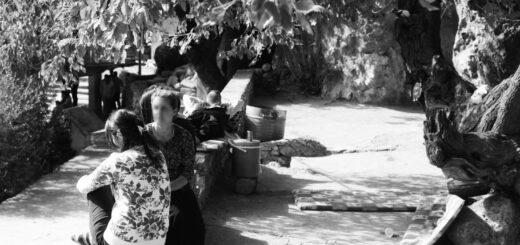 Femmes discutant à Lalesh