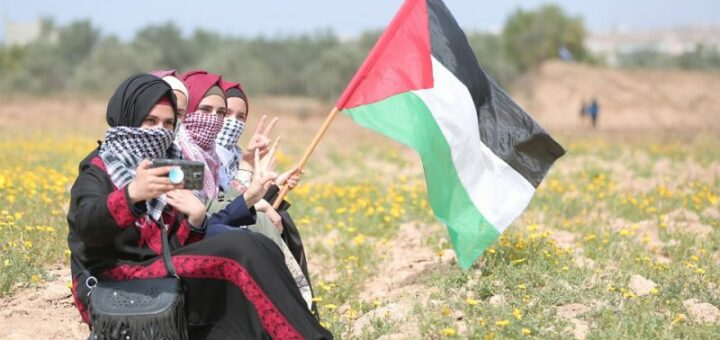 Des Palestiniennes de la Bande de Gaza agitent le drapeau palestinien