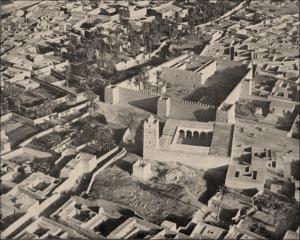 Au premier plan la grande mosquée, la Kasbah Aghennaj et juste derrière la source historique bordée de jardins.