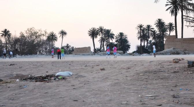 Terrain de football aménagé sur les terres abandonnées de l'oasis