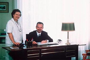 Photo 7 : Jean Glénisson à son bureau.