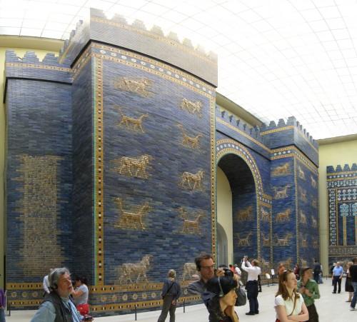 Das Ishtar-Tor aus Babylon (heute teilweise in Berlin, vgl. Vlid) ist der wohl berühmteste Torbau Mesopotamiens. Es hatte sowohl fortifikatorische (d. h. Verteidigungstechnische) wie auch kultische Funktion. Ein Sternentor war es freilich nicht (Quelle: Wikipedia, gemeinfrei).