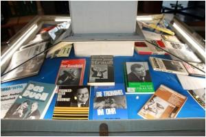Auswahl an Publikationen zu Strauß aus den Beständen der IfZ-Bibliothek. Foto: IfZ-Archiv. Alle Rechte vorbehalten.