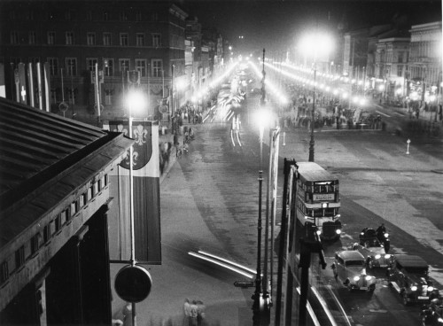 Straßenszene in Berlin. Blick vom Brandenburger Tor, Unter den Linden, ca. 1936. Foto: Otto Croy. Lizenz: IfZ-Archiv. Alle Rechte vorbehalten.