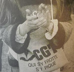 """Photographie représentant un sac de jute """"CGT. Qui s'y frotte, s'y pique"""""""
