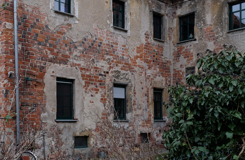 Schloss Lichtenburg, Vorwerksgebäude, Backsteinmauerwerk, zwischen den Fensterreihen flämischer Verband, 14.-15. Jh.
