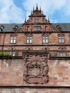 Aschaffenburg, St. Johannisburg: Wappenrelief an der mainseitigen Terrassenmauer. Foto: Verfasser