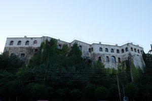 Ioánnina, Litaritsa-Palast, kasemattierte Unterbauten mit modernen Aufbauten (Foto: Verfasser)