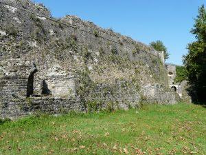Abschnitt der seeseitigen Befestigung von Ioánnina, im Hintergrund eines der Tore zur Zitadelle Itsch Kale