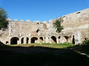Préveza, Fort Pantokrátor, Innenhof mit Kasernenruinen (Foto: Verfasser)