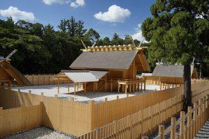 Vue de l'intérieur du Ômiya-in depuis la clôture principale. Sanctuaire intérieur (Naikû) après la reconstruction de 2013 © Bureau central de l'administration du Jingû