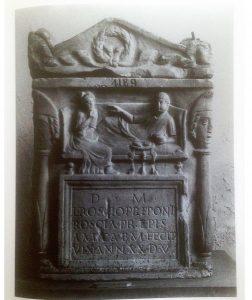 Fig. 1: Urne de L. Roscius Prépon. IIème s. ap. J.-C. Naples, Museo Nazionale (inv. 4189). D'après Dunbabin 2003.