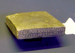 Fig. 2. Sceau de l'opticien Epagathus (Fin Ier s.). Originaire d'Este (Padoue). Copie d'un original conservé au Museo Nazionale Atestino di Este (inv. 1329) ; conservée au Museo della Civiltà Romana (inv. MCR 2943). © Marie-Claire Ferriès.