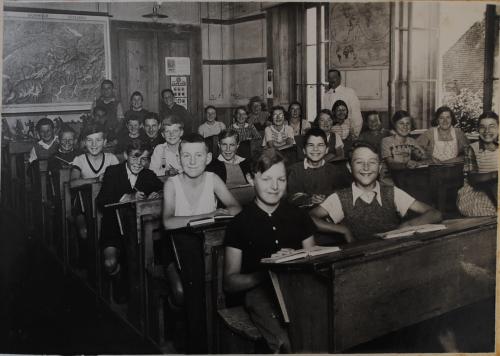 Classe de Dombresson, vers 1940 / Archives de la commune de Val-de-Ruz, cote : B02.A3.E/v.2014.2630 (http://www.notrehistoire.ch/photo/view/73874/)