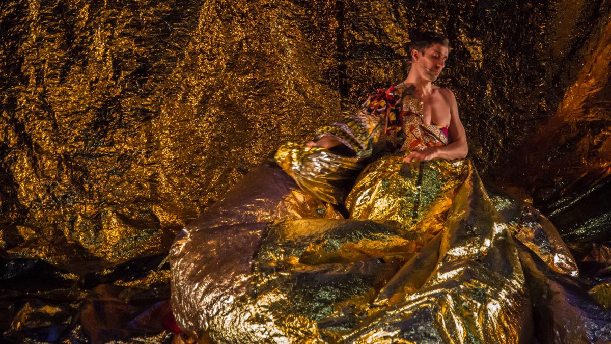 Benjamin Pech danse le rôle de Louis XIV dans Oh Louis! de Robyn Orlin