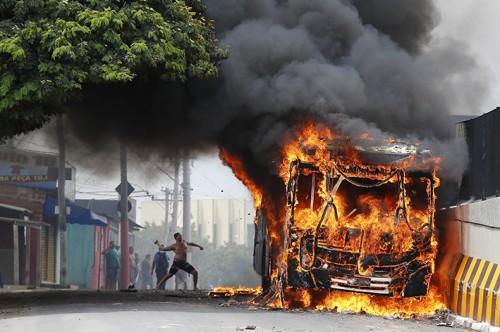 3971225692P-onibus-incendiado-campinas