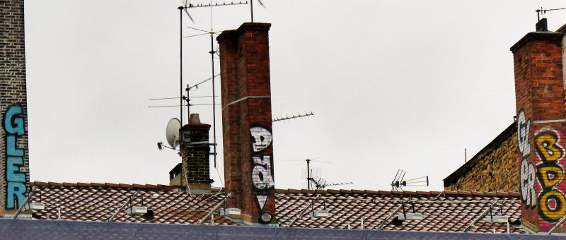 """Un aspect du graffiti mis en lumière par les deux guides - ici en prenant pour exemple ces inscriptions sur cheminées, Place Bellecour - est celui, parfois, de la gestion et de la prise de risques. Le graffiti s'opère donc à la fois dans un cadre audacieux et subversif. Le graffeur accepte d'acter un marquage souvent clandestin et cette """"illégalité devient une donnée primordiale dans la conception des [graffs et tags et] qui influence très largement la pratique""""*."""