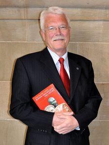 Hans-Joachim Gehrke beim Bundeskongress des Deutschen Altphilologenverbandes 2010 in Freiburg im Breisgau mit seinem Buch Kleine Geschichte der Antike. Quelle: Wikipedia