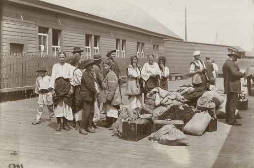 "Eine der großen Auswanderungswellen im 19. Jahrhundert: Galizische Migranten bei der Ankunft in Kanada. Quelle: The Miriam and Ira D. Wallach Division of Art, Prints and Photographs: Photography Collection, The New York Public Library. ""Galician immigrants at Quebec."" The New York Public Library Digital Collections. 1860 - 1920. http://digitalcollections.nypl.org/items/510d47dc-453e-a3d9-e040-e00a18064a99"