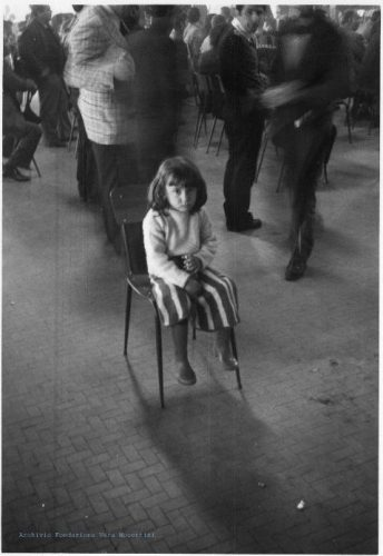 Petite fille dans l'usine occupée