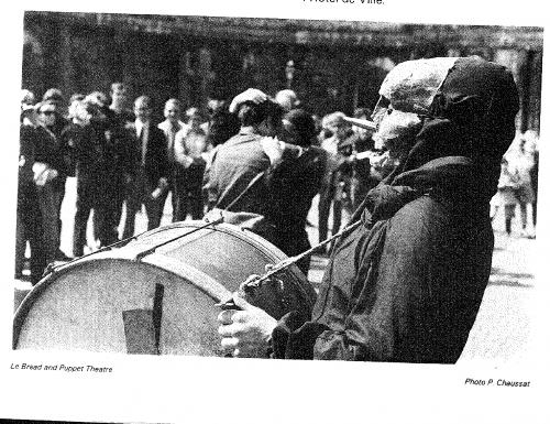 Grâce au Bread and Puppet, les festivaliers découvrent la rue comme espace du jeu. Archives de Meurthe-et-Moselle, côte du document : 68J9.
