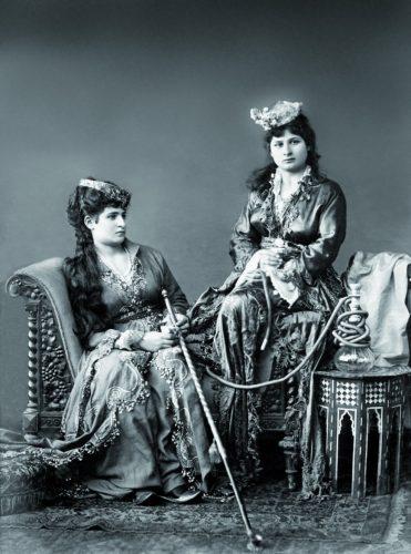 Fig. 4. Femmes de Constantinople, carte postale fin 19e