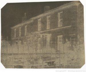 [Deux maisons de ville] : [photographie négative] / [William Henry Fox Talbot]. Disponible en ligne, url : .